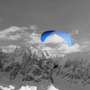 Un biplace parapente face au massif du mont-blanc